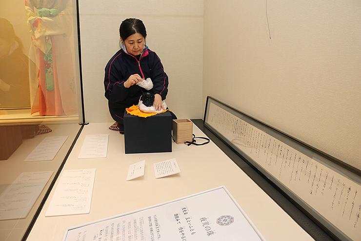展示準備を進める職員=高岡市万葉歴史館