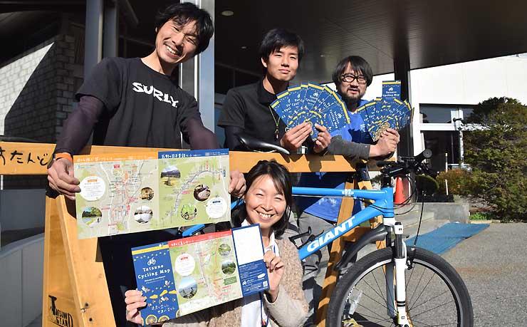マップをPRする(上段右から)赤羽さん、栗林さん、小口良平さん、麻利子さん(中央下)