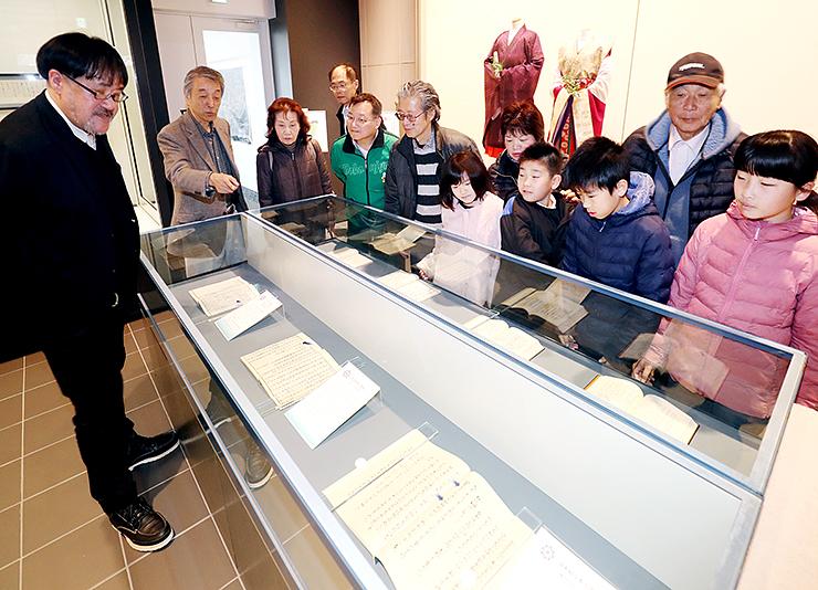 「令和」の典拠となった万葉集の複製を見る来館者=高岡市万葉歴史館
