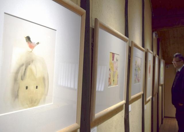 愛らしい小鳥や犬、猫が登場する、いわさきちひろの作品を集めた展示会=福井県越前市天王町の「ちひろの生まれた家」記念館