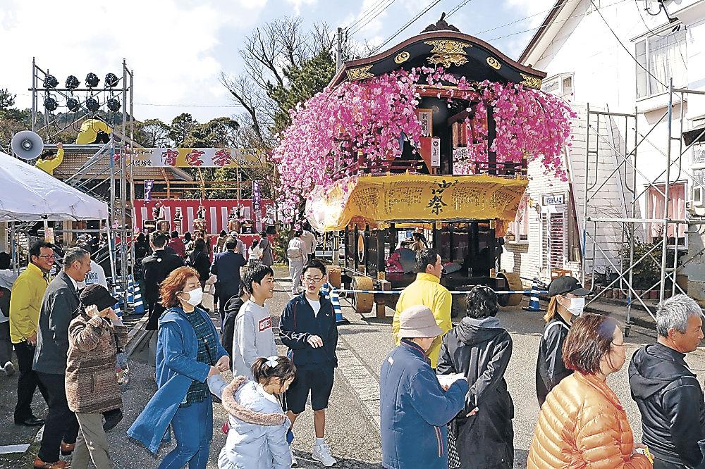 華やかな山車が登場した境内=輪島市鳳至町の住吉神社