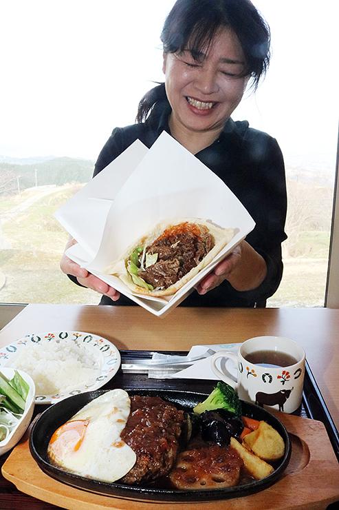 ピタパンやハンバーグを紹介する島さん。どちらも稲葉メルヘン牛をふんだんに使った=稲葉山カフェレストラン