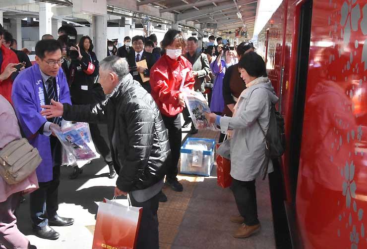 上田駅では、降り乗客をしなの鉄道社員や上田市職員が歓迎した