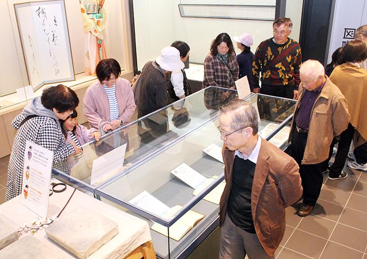 県内外からの来館者でにぎわう新元号の記念特別展=高岡市万葉歴史館
