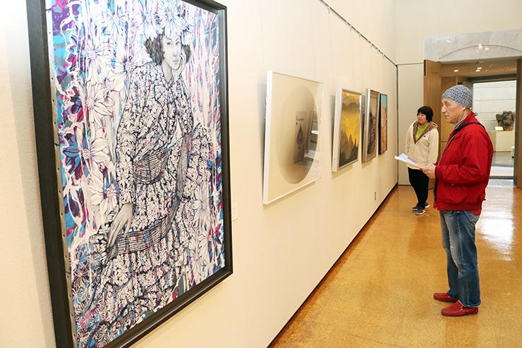 県内洋画家の多彩な作品が並ぶ会場
