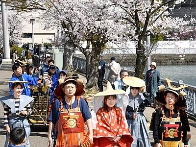 桜色の福井城址、春満喫 福井市中央公園