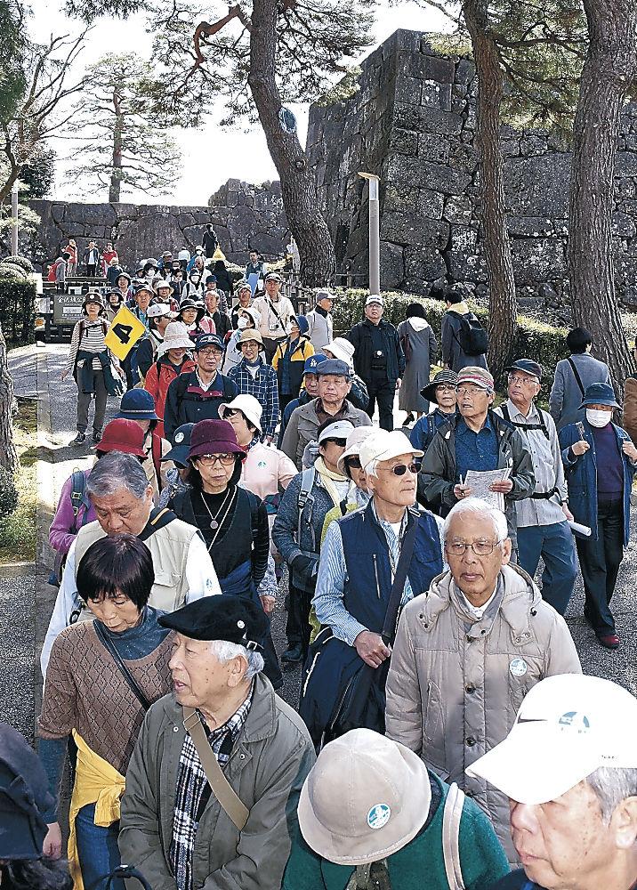 参勤交代のルートをたどり、加賀藩の歴史に思いをはせる参加者=金沢城公園