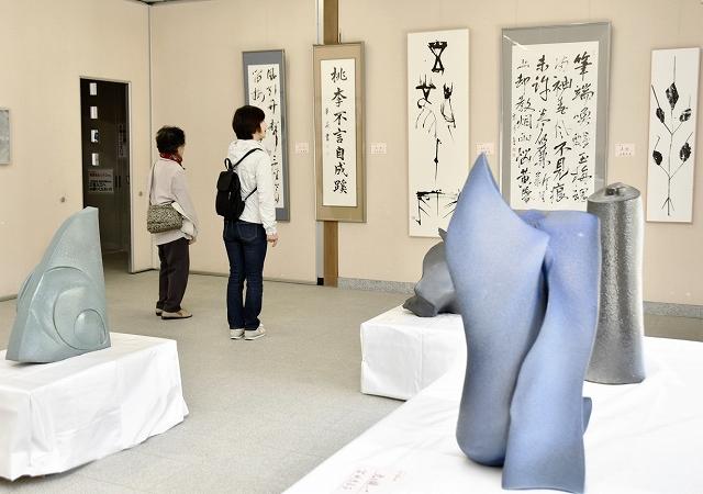 ギャラリー窓展に並ぶ、陶芸や書の作品=4月6日、福井県越前市万葉菊花園