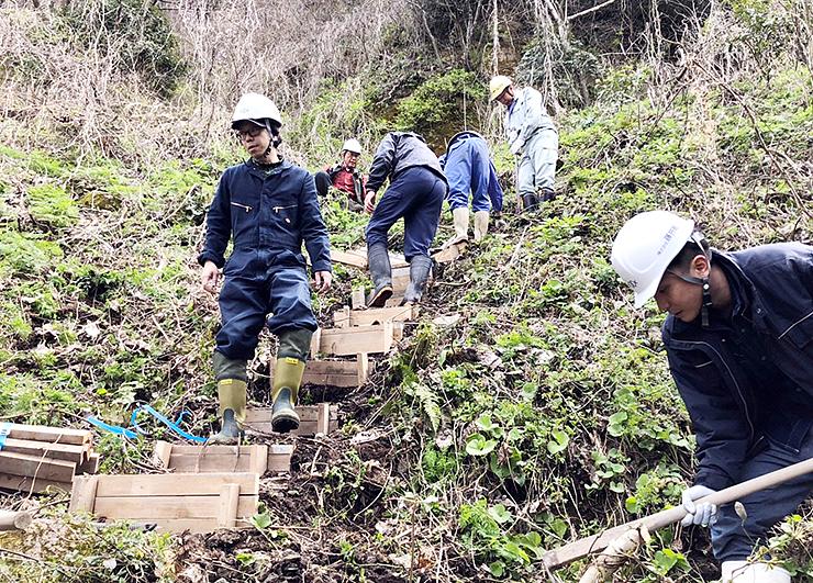 金屋石採掘跡への斜面に階段を造る会員