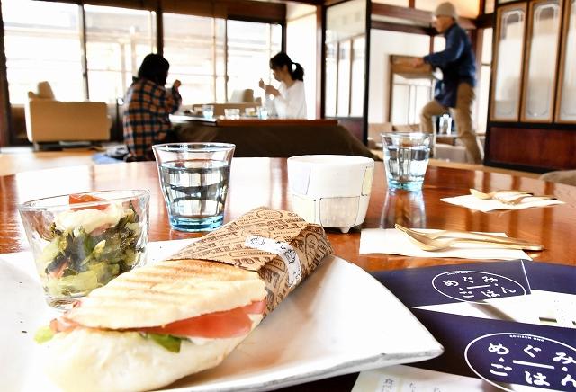 福井県大野市の調味料や食材にこだわった朝食を味わえる「めぐみごはん」=同市篠座のカフェ&ゲストハウス「ナマケモノ」
