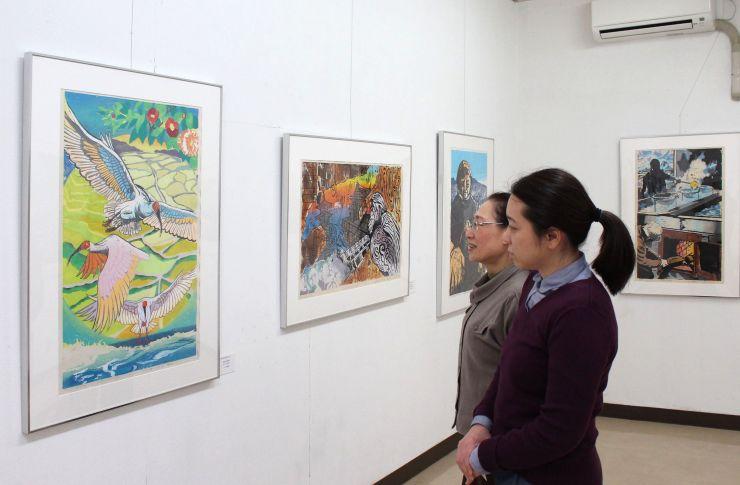 「はんが甲子園」の力作が並ぶ展示会=佐渡版画村美術館