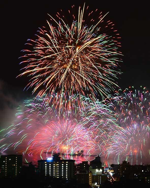 昨年の第70回諏訪湖祭湖上花火大会で夜空を彩った花火