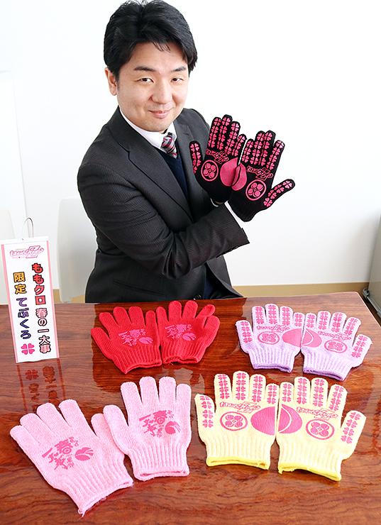 ももクロとコラボした手袋の試作品を紹介する吉澤専務