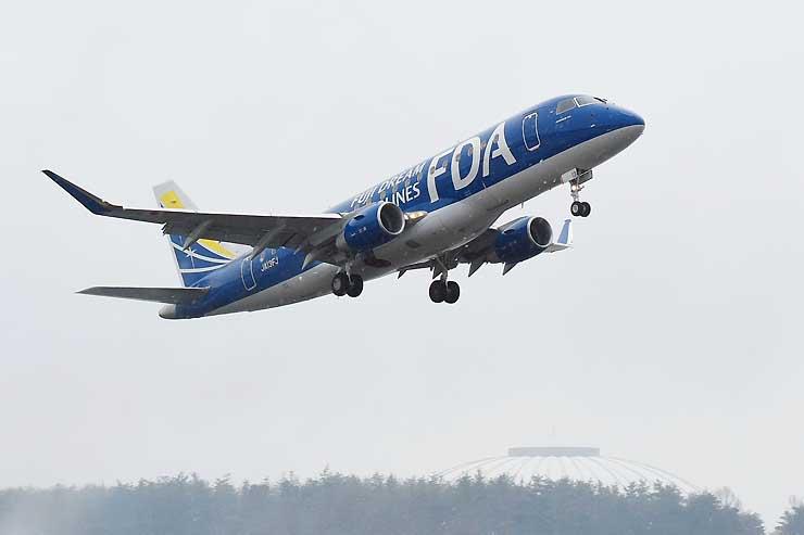県営松本空港から札幌に向けて離陸した紺色の新しいFDA機