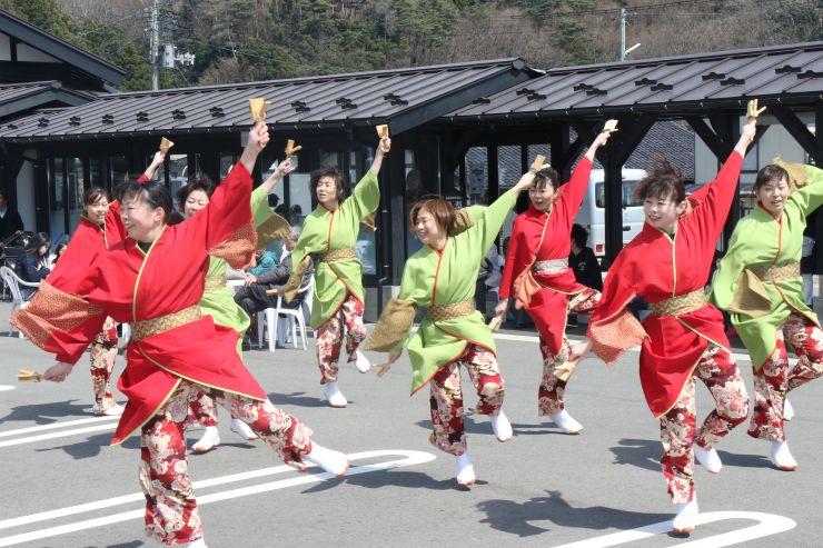 おもてなし広場の1周年を祝った記念イベント=弥彦村