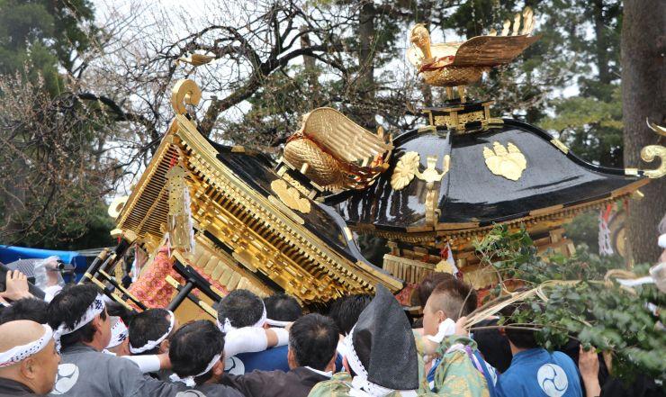 押上と寺町のみこしが勢いよくぶつかり合ったけんかみこし=10日、糸魚川市一の宮1の天津神社