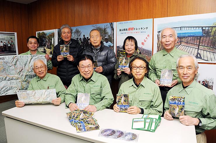 完成した小冊子やDVDを手にする福光自然解説員会のメンバー
