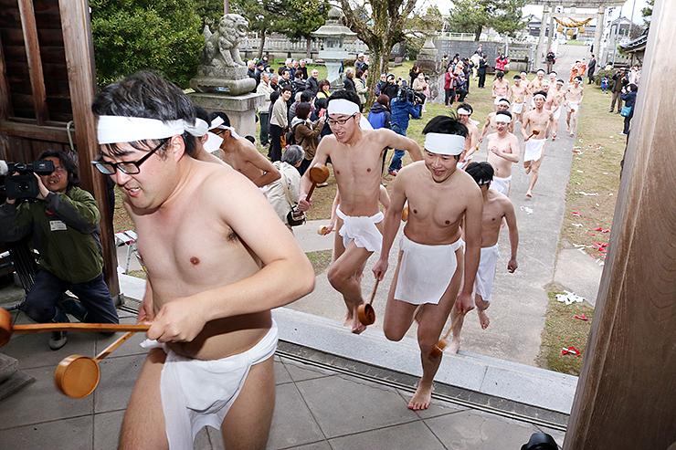 拝殿を勢いよく駆ける男性たち=下後亟神明社