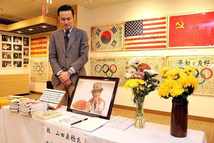 山田さんの功績を伝える展示=いなみ木彫りの里創遊館