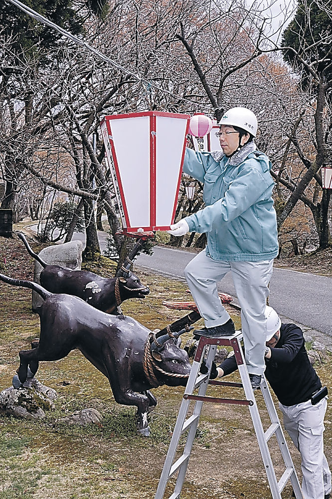 ぼんぼりを取り付ける関係者=津幡町と小矢部市境にある倶利伽羅古戦場跡