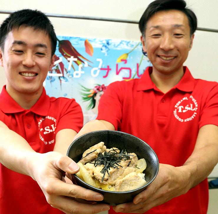 となみ柚子ポーク丼を披露する久保田さん(右)と金谷さんの両実行委員長