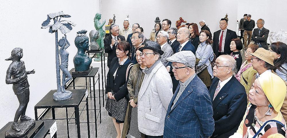 会場に並ぶ彫刻の造形美に親しむ来場者=県立美術館