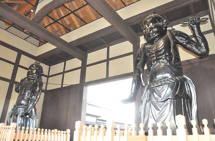 JR飯山駅近くに立つ仁王像。飯山仏壇事業協同組合が漆黒に再現した