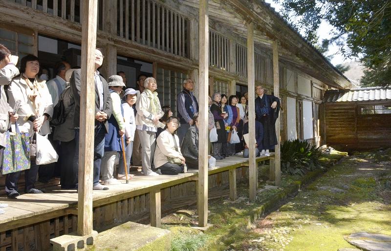 庭園を鑑賞するツアー参加者=4月13日、福井県福井市田ノ谷町の大安禅寺