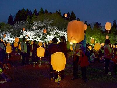 夜桜と浮かぶランタン 福井・陶芸村でまつり