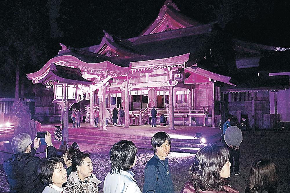 ライトアップされた境内=白山市の白山比咩神社