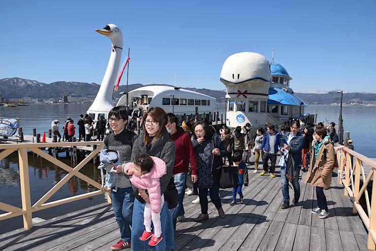 諏訪湖開きで遊覧船の無料乗船会を楽しんだ人たち