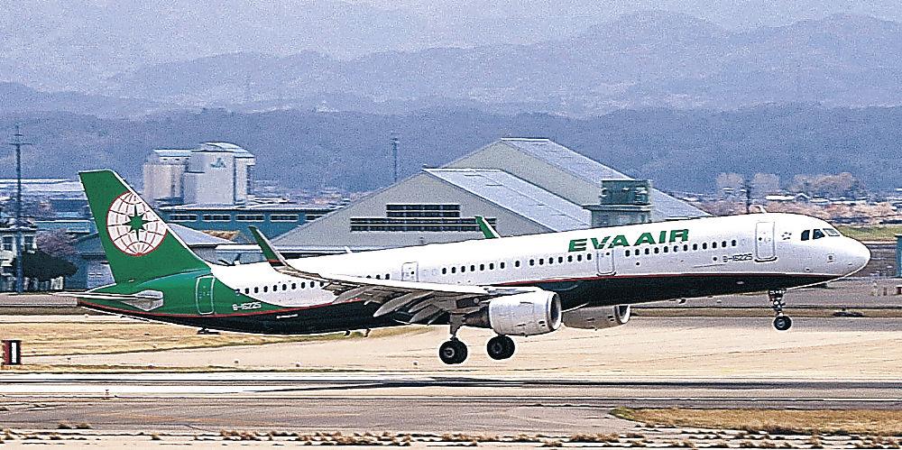 到着した台北からのチャーター便=小松空港