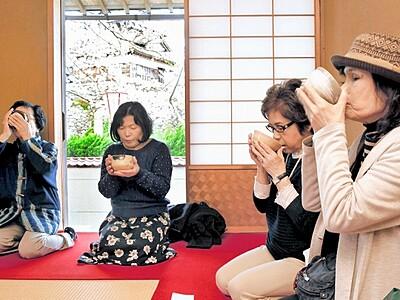 天守と桜ながめ一服、丸岡城で茶席始まる