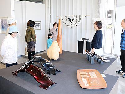 「沈黙の彫刻家」しのぶ 黒部市でこぶし記展