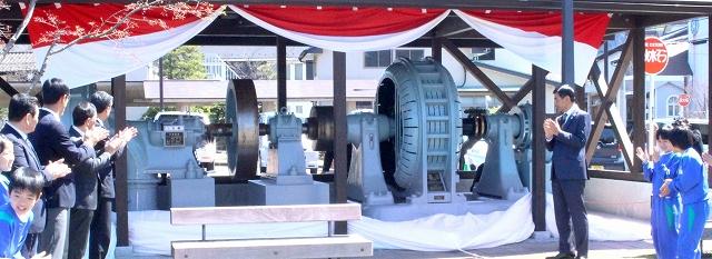 除幕式で披露された旧中尾発電所第1号発電機の展示施設=4月16日、福井県勝山市のはたや記念館ゆめおーれ勝山