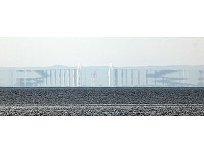 新湊大橋「Z」に変形 魚津の海岸で春型蜃気楼