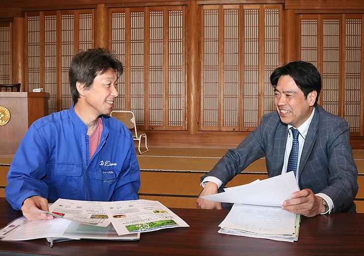 速蓮寺で話し合う義浦さん(左)と山崎さん