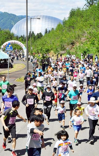 勝山恐竜クロカンマラソンで2キロの部に挑む親子ランナー=2018年5月20日、福井県勝山市のかつやま恐竜の森