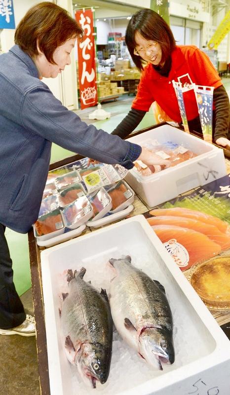 ふくいサーモンの刺し身や切り身などが販売された祭り=4月19日、福井県福井市大和田1丁目の「ふくい鮮いちば」