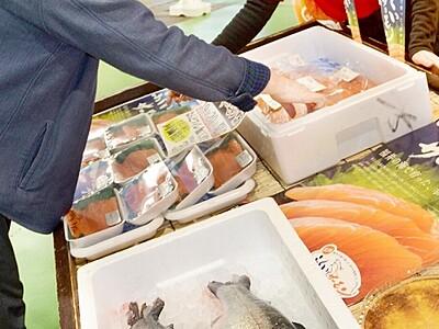ふくいサーモンに舌鼓 福井中央市場でまつり