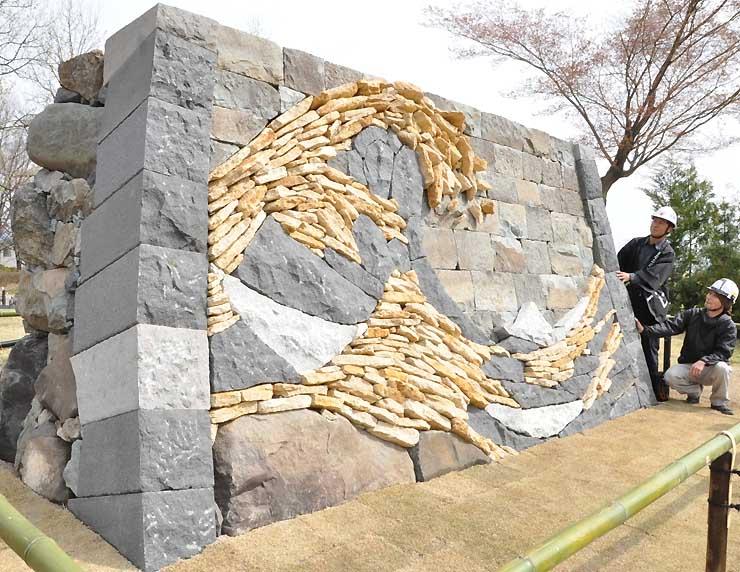 葛飾北斎の富嶽三十六景「神奈川沖浪裏」を表現したモニュメント