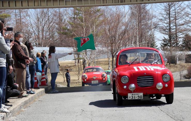 小海町のスタート地点から続々と出発するクラシックカー