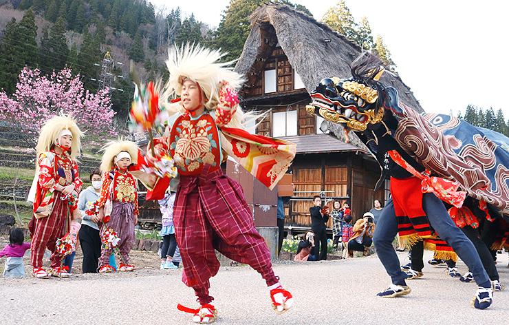 春祭りで披露された獅子舞=相倉合掌造り集落
