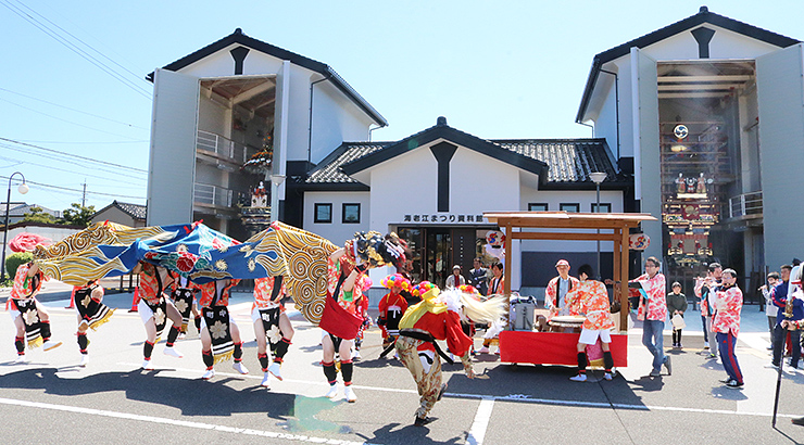 2基の曳山の前で獅子舞を披露する中町獅子方若連中のメンバー