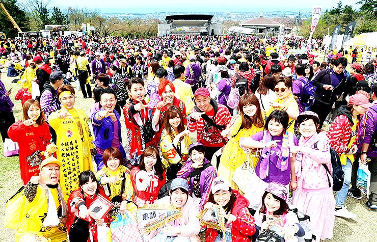 富山湾を望む黒部市の高台に集結した全国の「ももいろクローバーZ」ファン=20日午前11時半ごろ、宮野運動公園