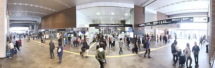 北口(左)と南口(右)をつなぐ南北自由通路。中央は北陸新幹線の改札=21日午後0時半ごろ、富山駅(パノラマモードで180度撮影)