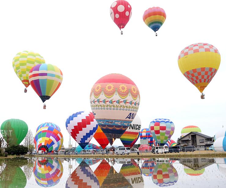 次々と飛び立つ熱気球=砺波市中村