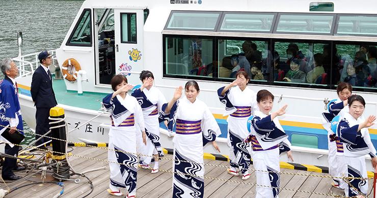 踊りに見送られて出航する遊覧船=砺波市庄川町小牧