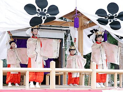 稚児舞、散る花が彩り 宇奈月明日の法福寺 児童4人5曲奉納
