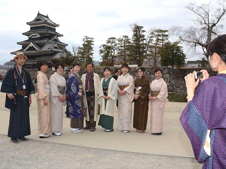 松本城を背景とした着物撮影会の合間に記念撮影